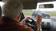 Ihren Führerschein machten die Seniorinnen von heute in den sechziger Jahren; gefahren aber ist meistens der Mann.