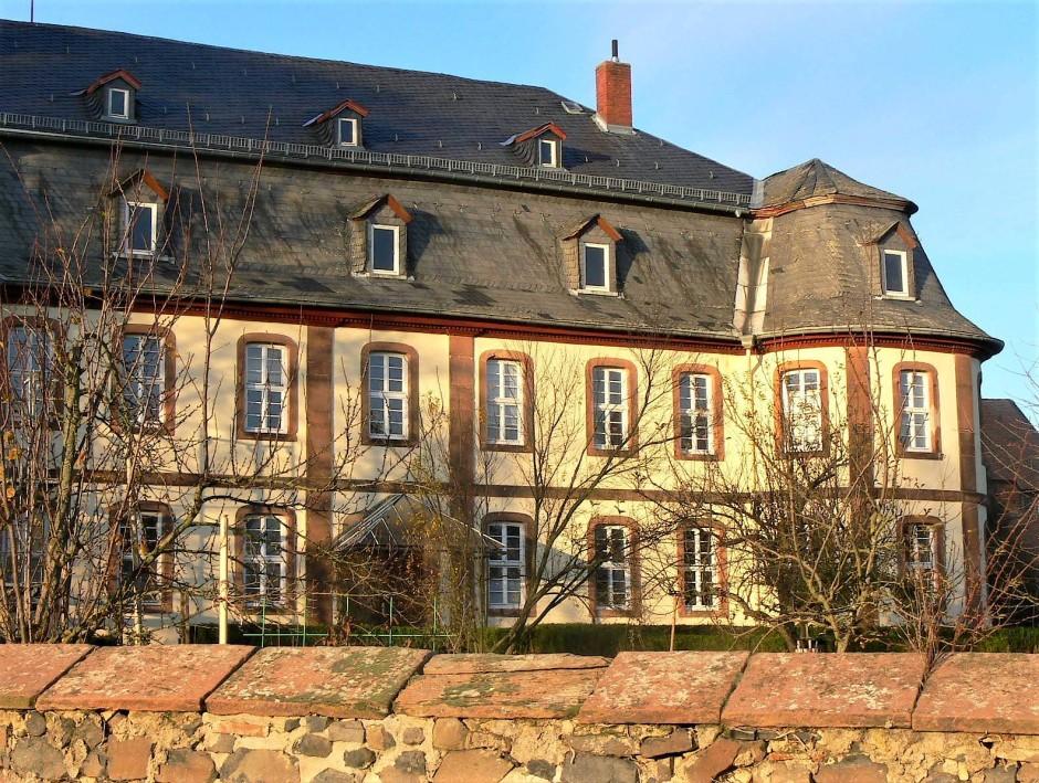 Kein Schloss, nur das Verwaltungsgebäude von 1792 des klösterlichen Wirtschaftshofes Wickstadt.