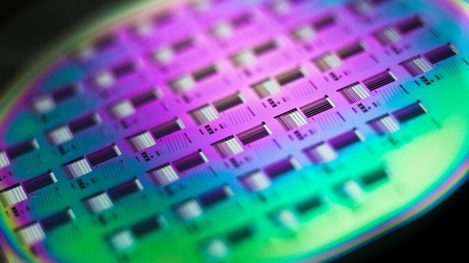 Auf einem beschichteten Siliziumwafer sind bereits die ersten Umrisse der Chips zu sehen