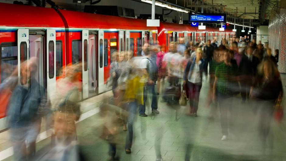 """Viele Menschen verlassen eine gerade eingefahrene S-Bahn im unteren Teil des Hauptbahnhofs. Der neue """"Hessenexpress"""" zwischen Wiesbaden und Flughafen soll 2026 starten"""