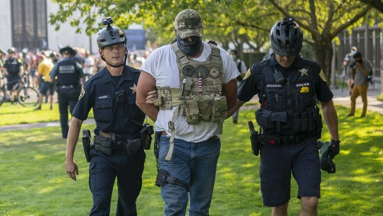 Bewaffnete Trump-Anhänger marschieren nahe Portland auf