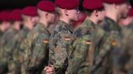 Mehr Verdachtsfälle in der Truppe: Die Bundeswehr bei der Ankunft von Angela Merkel in Seedorf im September 2021