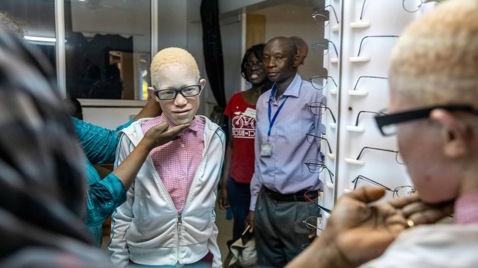 Blick in ein neues Leben: Imari braucht die Brille für sein Examen dringend.