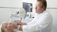 Hans Micheal Ockenfels, Leiter der Klinik für Dermatologie und Allergologie, mit der Laserkamera zur Hautuntersuchung.