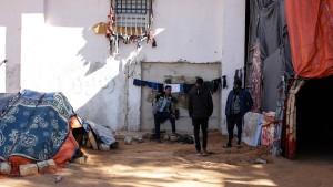 Wachleute erschießen sechs Flüchtlinge in überfülltem Haftlager
