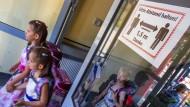 Neustart unter Pandemiebedingungen: Erstklässlerinnen nach ihrer Einschulungsfeier in Schwerin