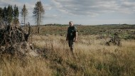 Hagen Kelle auf einer gerodeten Fläche seines vierzig Hektar großen Waldes