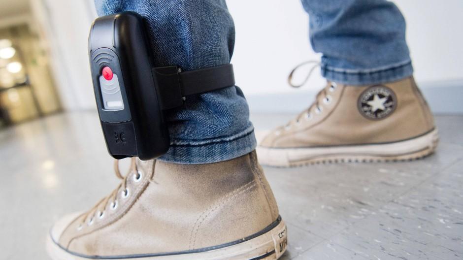 Das Bundesverfassungsgericht hat entschieden: Die elektronische Fußfessel ist mit dem Grundgesetz vereinbar.