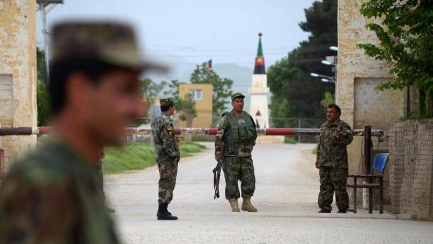 Taliban töten über hundert afghanische Soldaten
