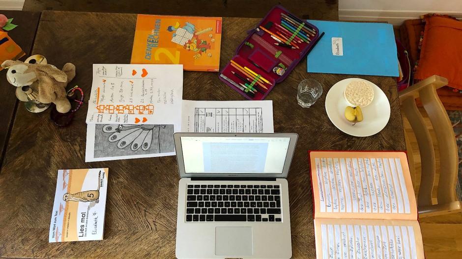 Heimarbeit: Wenn der Esstisch Schulklasse, Büro und Pausenhof gleichzeitig wird.