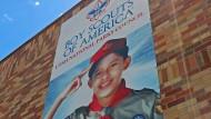 Ein fröhlicher Junge schmückt das Werbeplakat an der Fassade des Hauptsitzes des Pfadfinder Verbands in Utah – hinter der Fassade sieht es scheinbar anders aus.