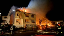 Scheune und Wohnhäuser in Flammen