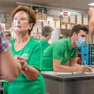 Familienbetrieb: Auch Renate Tautges und Enkel Philipp helfen während der Erntezeit im Getränkemarkt.