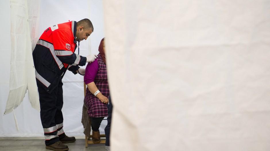 Gründliche Untersuchung: Chirurg und anerkannter Flüchtling Khaled behandelt Asylsuchende.