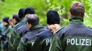 Suchtrupp der Polizei in einem Wald nahe Heidenheim in 2010