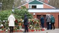 Neubergerweg: Passanten legen nach Schmidts Tod im November Blumen am Haus nieder. Was wird nun aus dem Anwesen?