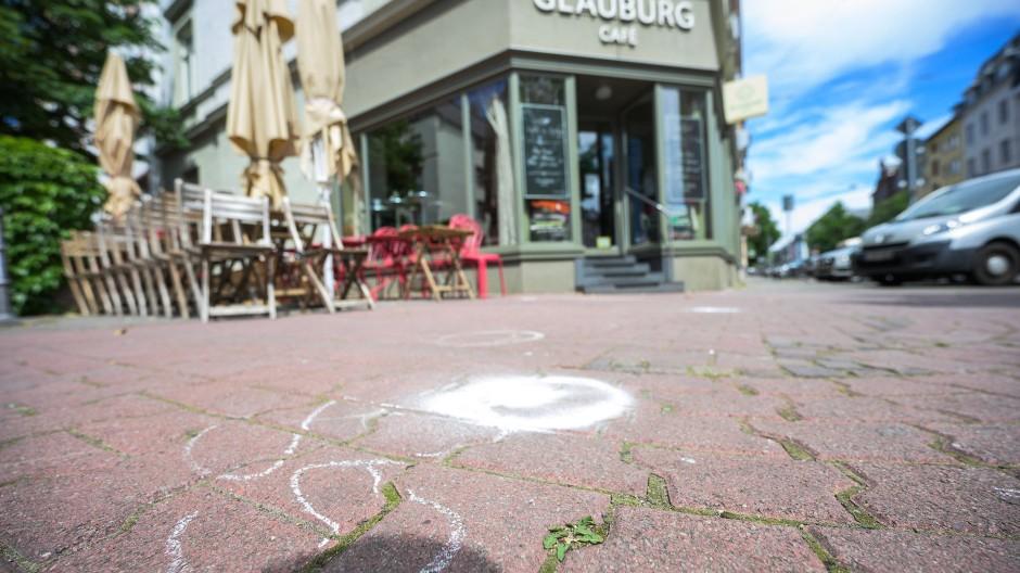 """Die Unfallstelle ist vor dem Cafe """"Glauburg"""" weiß markiert."""