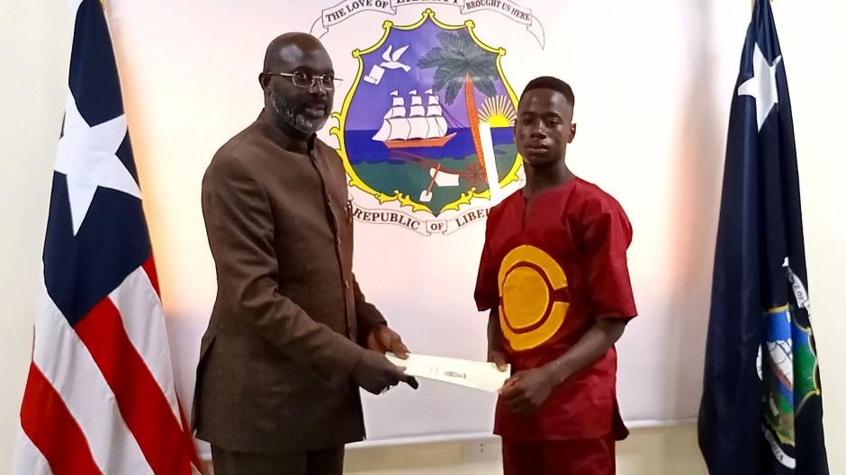 Der Präsident Liberias, George Manneh Weah (links), empfängt den ehrlichen Finder, Emmanuel Tuloe, in seinem Büro.