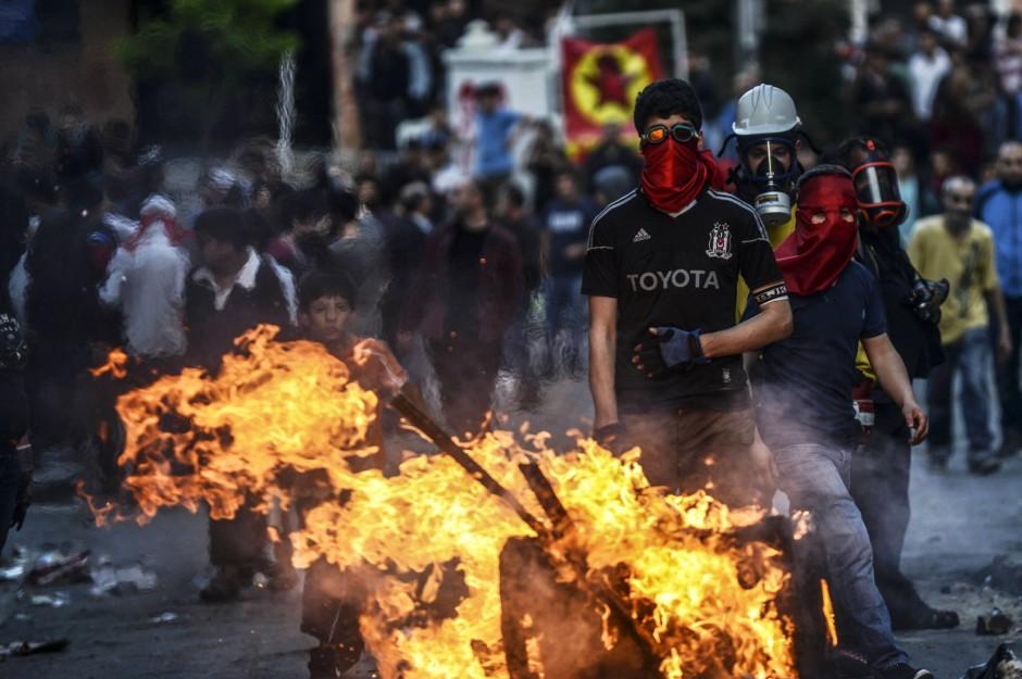 - nach-dem-begraebnis-von-ugur-kurt-kam-es-abermals-zu-zusammenstoessen-zwischen-demonstranten-und-der-polizei
