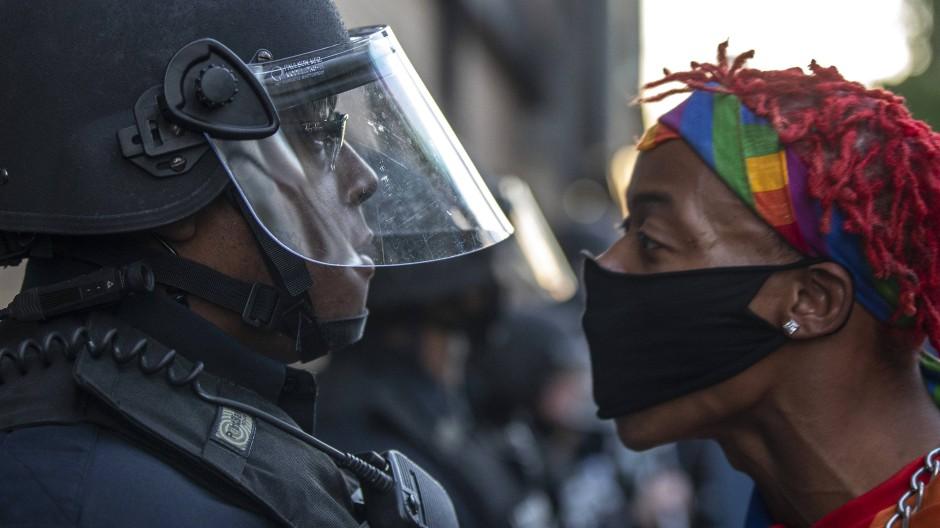 Eine Studie stellt die Frage nach rassistischer Polizeigewalt neu und wartet mit Erkenntnissen über Misstrauen auf.
