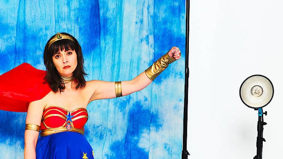 Heldenhaft: die schwangere Lu (Alice Gruia) beim Frauenpower-Fotoshooting