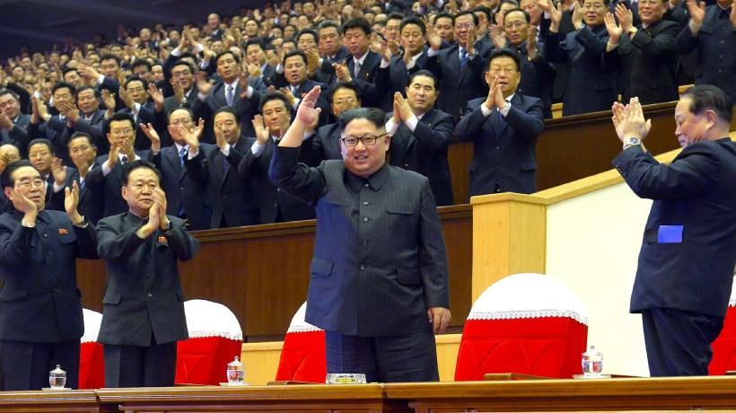 Die Band Moranbong soll sich auf Wunsch Kim Jong-uns gegründet haben. Hier winkt er den Musikerinnen bei einem Auftritt zu (Dezember 2017).