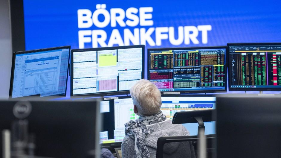 Im Handelssaal der Frankfurter Börse wird auf die Monitore geblickt.