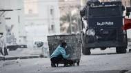 Proteste in Bahrain: Ein Mann versteckt sich vor einem Wasserwerfer.