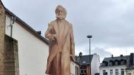Monströser Marx: ein hölzerner Schattenriss der geplanten Karl-Marx-Statue, die 6,30 Meter hoch werden soll.