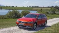 Erfordert viel Schotter: Der VW Passat Alltrack im Grünen