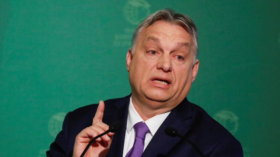 Mit erhobenem Zeigefinger: Ungarns Regierungschef Viktor Orbán fordert von ausländischen Journalisten Entschuldigung.