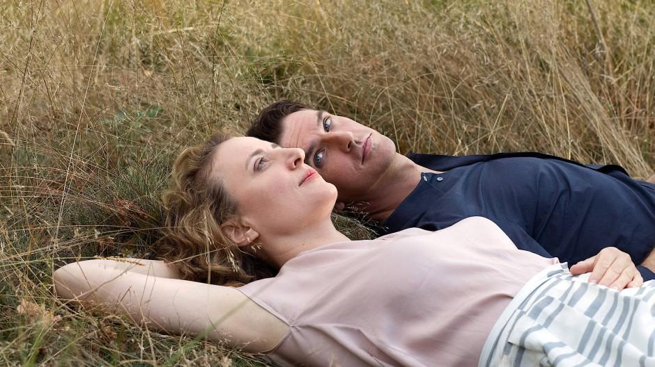 Maren Eggert als menschliches und Dan Stevens als künstliches Wesen in Maria Schraders Film