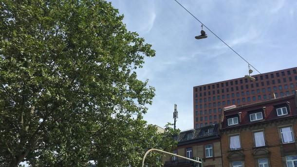 Was hängende Schuhe auf einer Stromleitung bedeuten