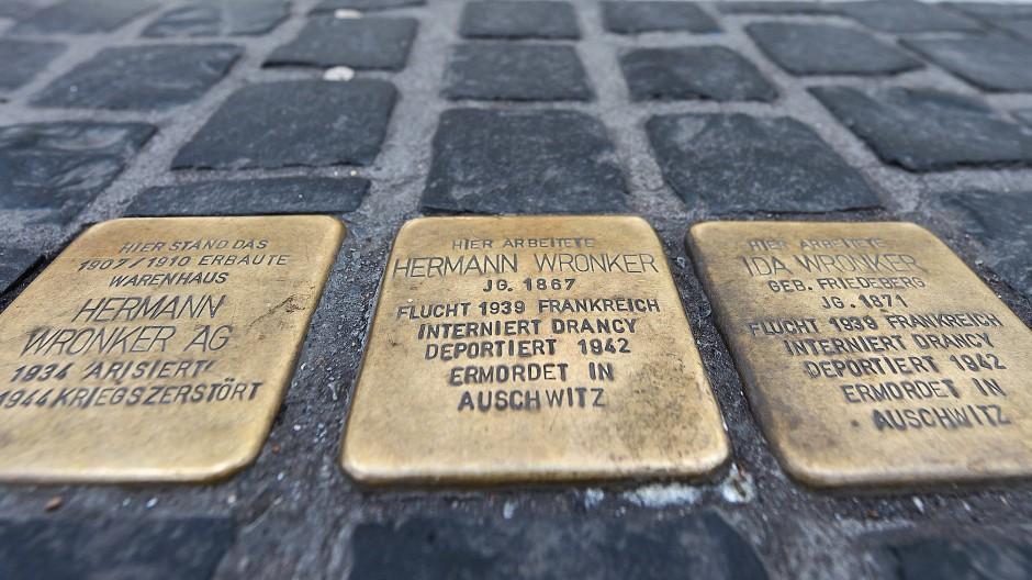 Gegenwart: Die Namen vieler NS-Opfer – wie die Frankfurter Kaufhaus-Inhaber Hermann und Ida Wronker – leben auf Stolpersteinen fort.