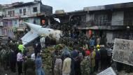 Flugzeug stürzt mitten ins Geschäftsviertel