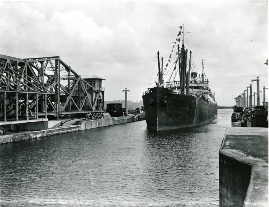 """Historische Einweihung des Panamakanals durch den Frachter """"Acon"""": Bei der Entstehung der Seestraße kamen über 22.000 Menschen um."""