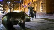 Bald geht dieser Zweikampf in eine neue Runde: Bulle und Bär vor der Börse in Frankfurt