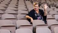 Nah am Publikum: Marianne Sägebrecht in den Rängen der Bühne in der Stiftsruine Bad Hersfeld