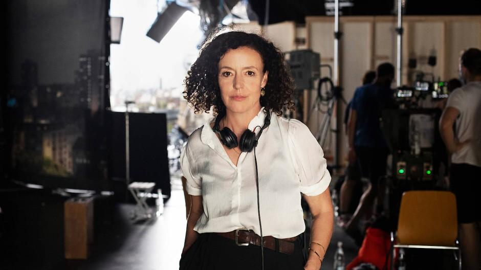 Maria Schrader als Regisseurin im August bei den Dreharbeiten zu der Fernseh-Rom-Com Ich bin dein Mensch.