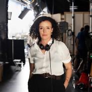 """Maria Schrader als Regisseurin im August bei den Dreharbeiten zu der Fernseh-Rom-Com """"Ich bin dein Mensch""""."""
