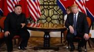 KIm Jong-un (l.) und Donald Trump während des Vietnam-Gipfels – vor dem Scheitern
