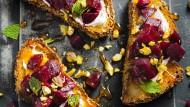 Toast mit ofengegarter roter Bete, Labneh und Safranhonig