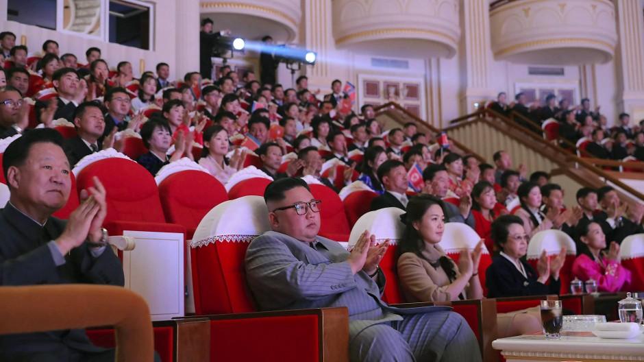 Kim Jong-un (Mitte) mit seiner Frau Ri Sol-ju – und Kim Kyong-hui rechts daneben am Samstag im Pjöngjanger Samjiyon-Theater