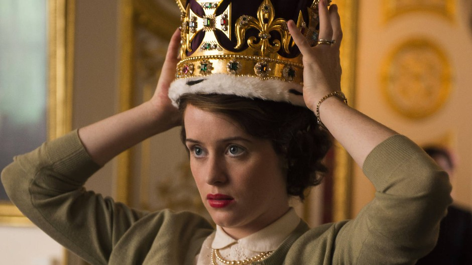 Diese Hutprobe wird zur Mutprobe: Elisabeth II. (Claire Foy) setzt sich die Krone auf.