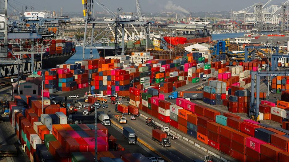 Auf der Straße, auf dem Wasser, in der Luft: Produkte aus China befriedigen den hohen Konsum im Lockdown.