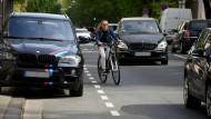 Gefährliche Ignoranz: Zugeparkter Radweg auf der Wiesbadener Taunusstraße