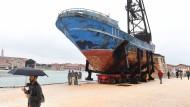 Politik wird Kunst: Das Wrack der Barca Nostra, das im Jahr 2015 mit mehreren Hundert Migranten an Bord gesunkene Schiff, ist als Installation bei der Biennale zu sehen.