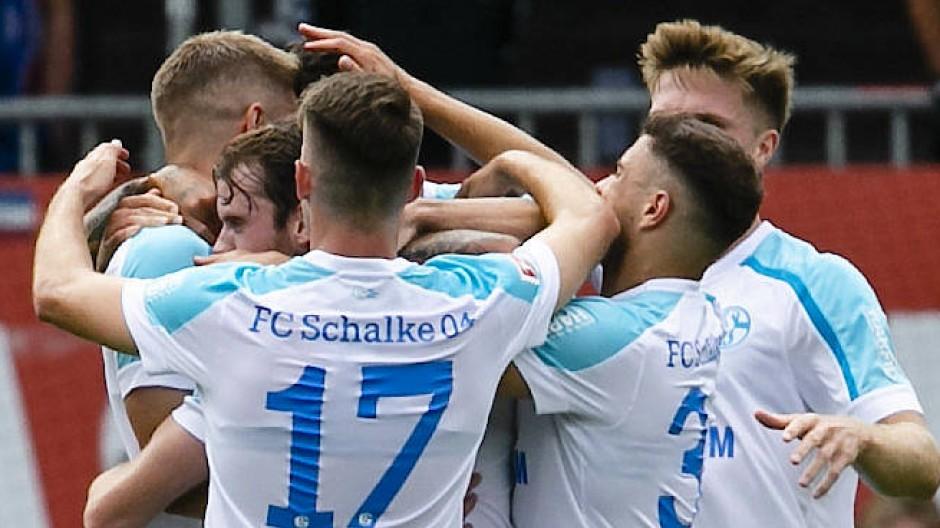 Grund zum Jubel: Für die Schalker Fußballer gab es am Wochenende erstmals Punkte in Liga zwei.