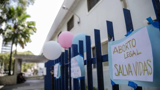 Proteste gegen Abtreibung nach Vergewaltigung eines 10-jährigen Mädchens