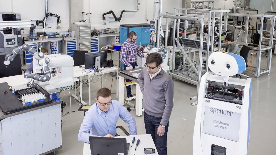Neuer Kollege: Bosch tüftelt in seinem Zentrum für Künstliche Intelligenz am Service-Roboter.